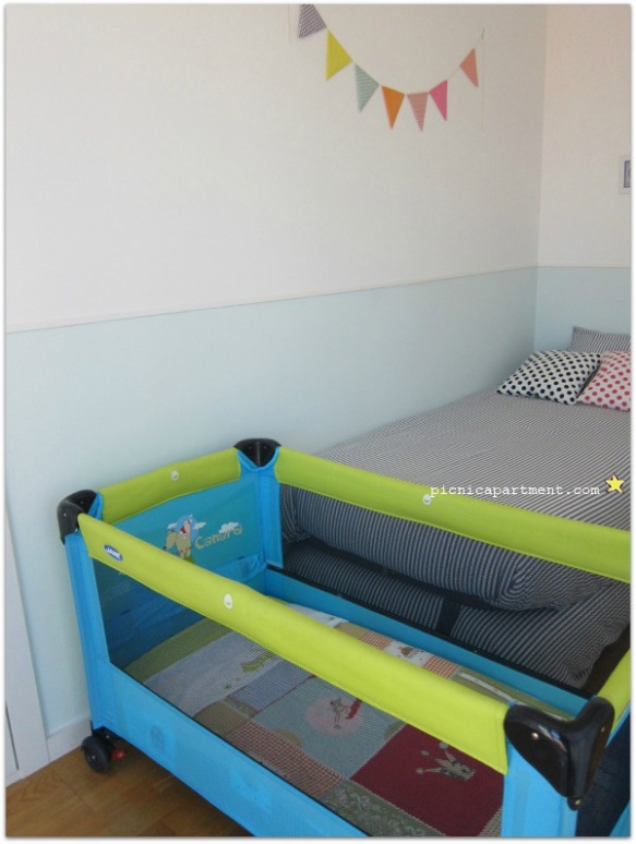 Picnic Apartment's cot